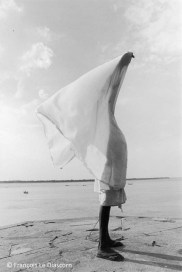 Ref India 3 – Man drying his dhotî, Benares