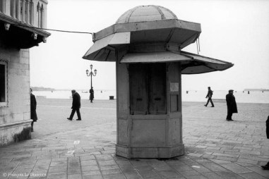 Ref VENICE 27 – Newspaper kiosk with strollers